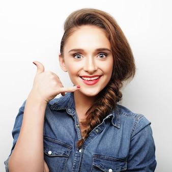 Bella giovane donna felice. colpo dello studio.