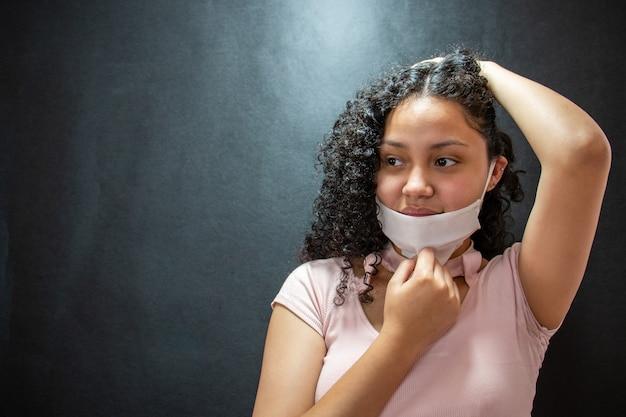 Bella giovane donna latina con mascherina medica