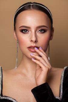Bella giovane modella con trucco professionale, acconciatura liscia, pelle perfetta