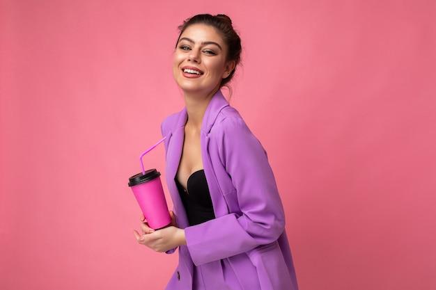 Bella giovane donna bruna positiva che indossa abiti casual alla moda