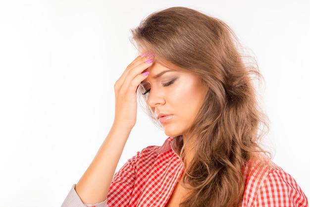 Una bella giovane donna triste di cattivo umore