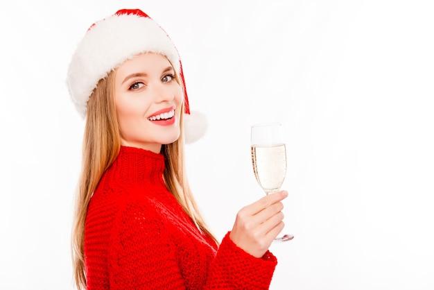 Bella giovane ragazza della santa con un bicchiere di shampagne