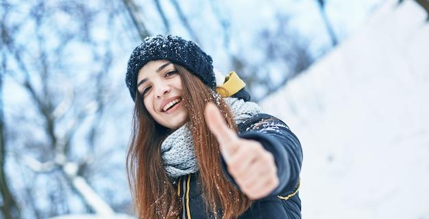 Bella giovane donna sorridente nel bel tempo invernale felice