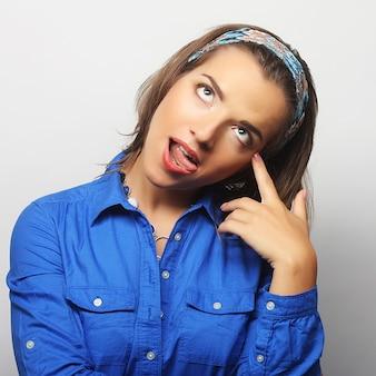 Bella giovane donna sorpresa. colpo dello studio.