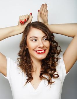 Bella giovane donna sorpresa. su sfondo bianco. Foto Premium