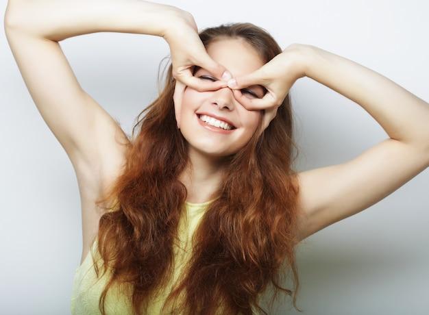 Bella giovane donna sorpresa con capelli lunghi.