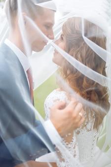 Belle giovani sposi in natura, coppia innamorata