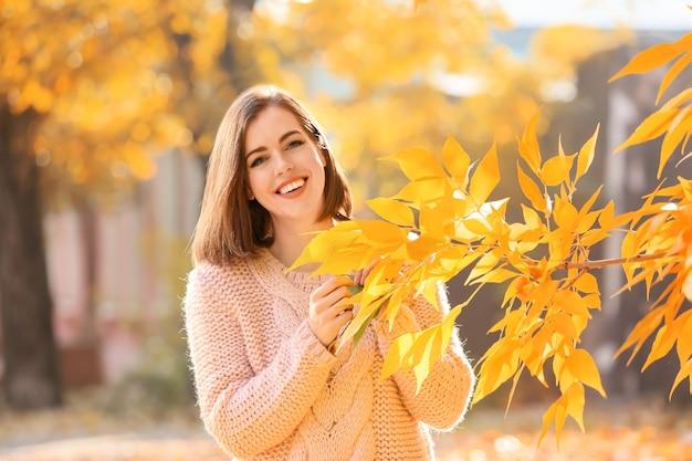 Bella giovane donna nella sosta di autunno