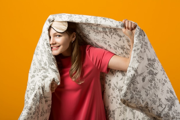 Bella giovane donna in una coperta