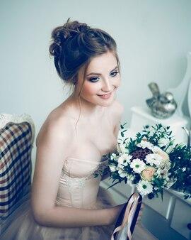 Sposa bella giovane donna con bouquet da sposa