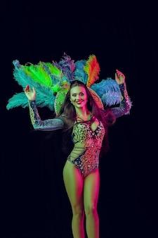 Bella giovane donna in costume da pavone di carnevale modello di bellezza donna alla festa finita
