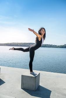 Bella giovane donna che fa stretching esercizio