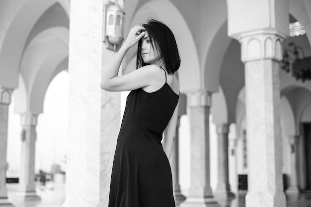 Bella giovane donna in abito all'aperto
