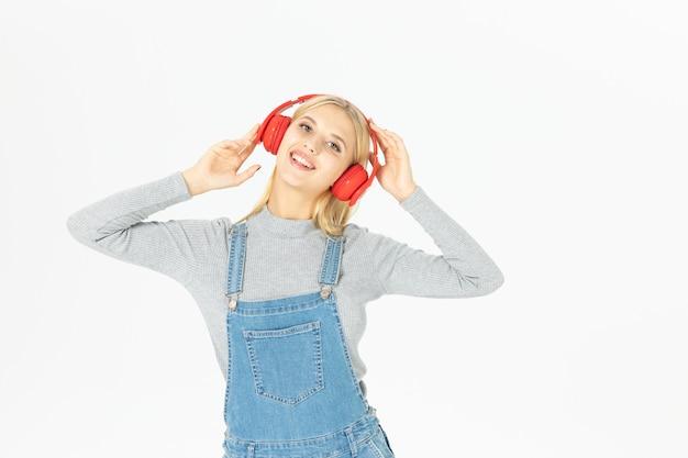 Musica d'ascolto della bella giovane donna isolata