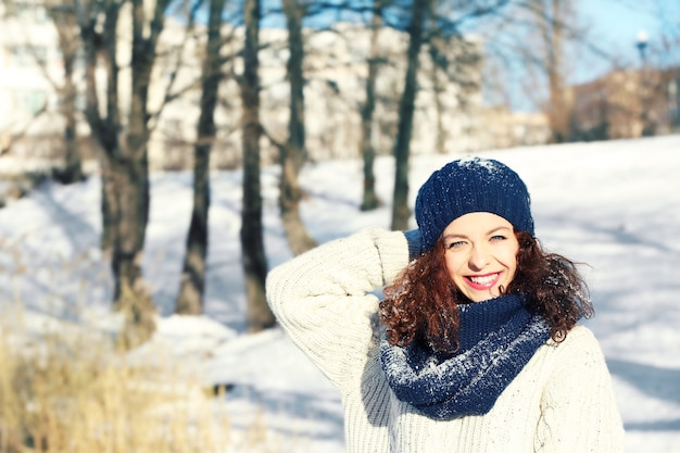 Bella giovane donna all'aperto il giorno d'inverno
