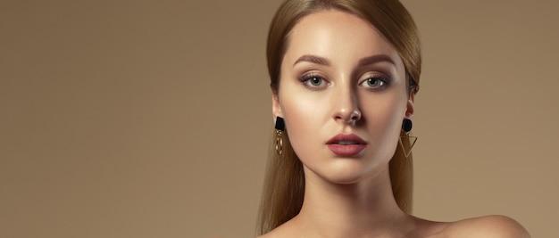 Bello ritratto della giovane donna con pelle fresca naturale con lo spazio della copia