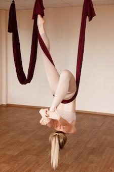 Bella giovane donna che pratica yoga