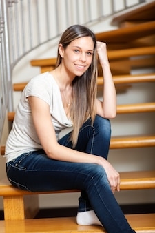 Bella giovane donna in un momento di relax a casa