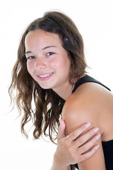 Posa sorridente della bella giovane donna nel fondo bianco