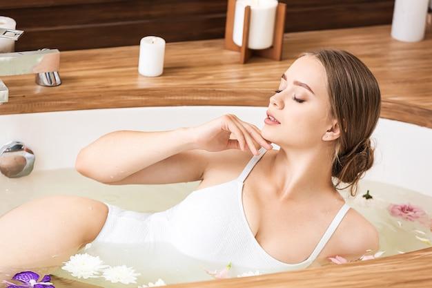 Bella giovane donna che cattura bagno nel salone della stazione termale