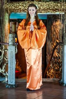 Bella giovane donna in abito tradizionale kimono orientale in occasione della celebrazione del capodanno cinese