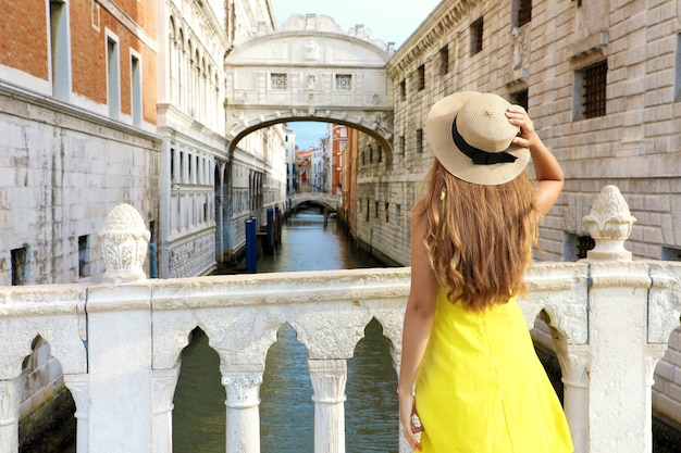 Bella giovane donna in visita in europa
