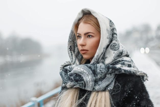 Bella giovane donna che indossa una sciarpa in inverno nevoso giorno