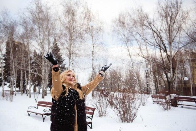 Bella giovane donna in un parco d'inverno