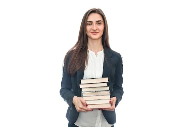 Bella giovane donna con i libri isolati su bianco