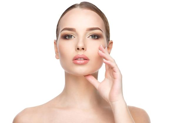 Bella giovane donna con pelle fresca pulita isolata su sfondo bianco