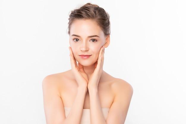 Bella giovane donna con pelle fresca pulita su sfondo bianco, cura del viso, trattamento viso, cosmetologia, bellezza e spa, ritratto di donne