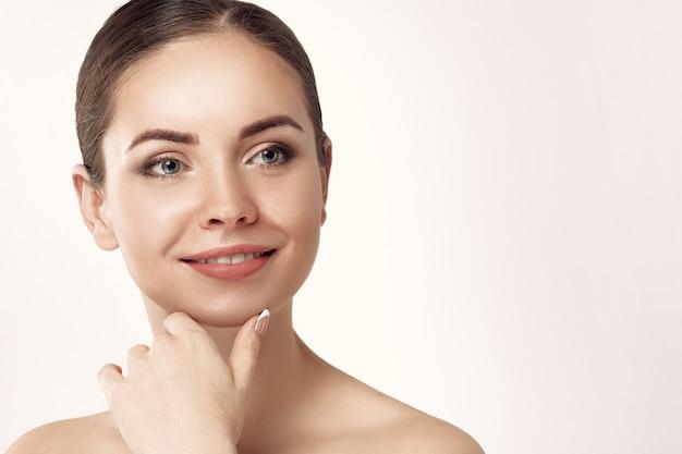 Bella giovane donna con pelle fresca pulita
