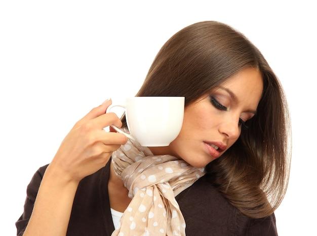Bella giovane donna con una tazza di caffè