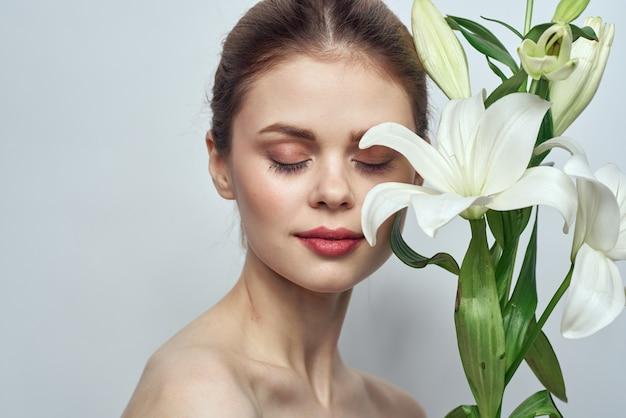 Bella giovane donna con la posa del fiore