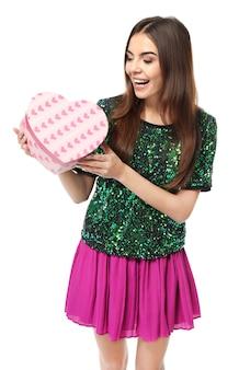 Bella giovane donna con regalo per san valentino su sfondo bianco white