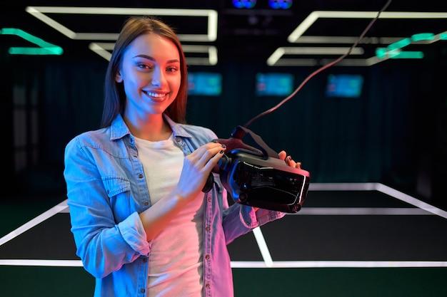 Bella giovane donna con gli occhiali della realtà virtuale. vr, giochi, intrattenimento, concetto di tecnologia del futuro. Foto Premium