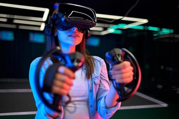 Bella giovane donna con gli occhiali della realtà virtuale. vr, giochi, intrattenimento, concetto di tecnologia del futuro.