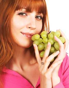 Bella giovane donna con uva verde