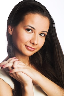 Bella giovane donna con i capelli lunghi su bianco