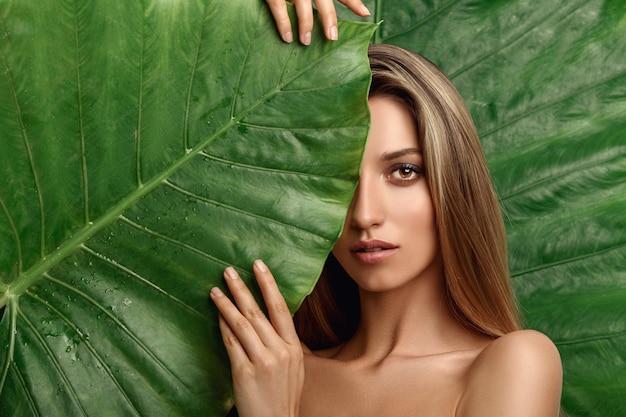 Bella giovane donna con una pelle perfetta e trucco naturale