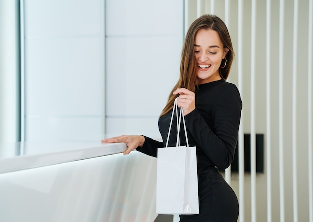 Bella giovane donna con la borsa presente in una clinica.