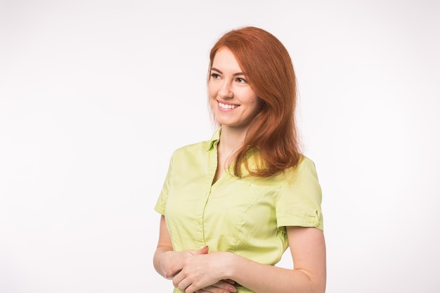 Bella giovane donna con i capelli rossi.