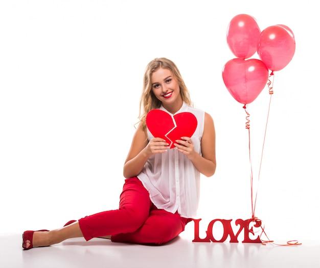 Bella giovane donna con un segno la parola amore.