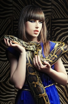 Bella giovane donna con un serpente