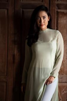 La bella giovane donna con la cultura vietnamita tradizionale veste il vietnam