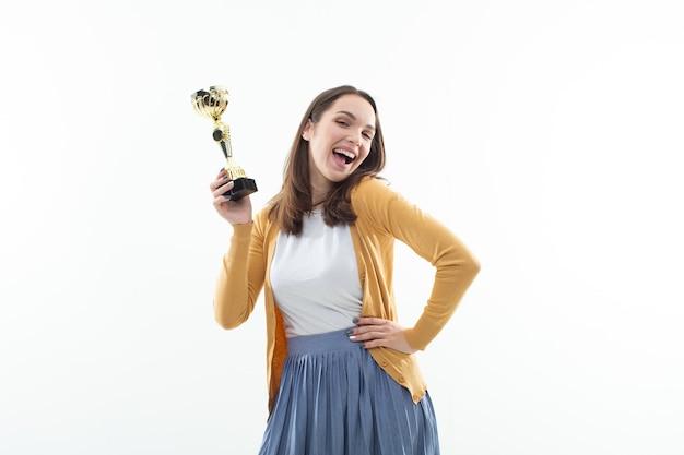 Bella giovane donna con un trofeo