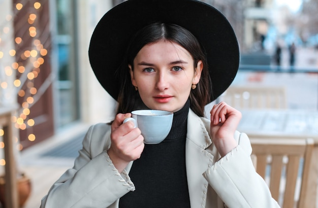 Belle giovani donne che bevono tè nel ristorante