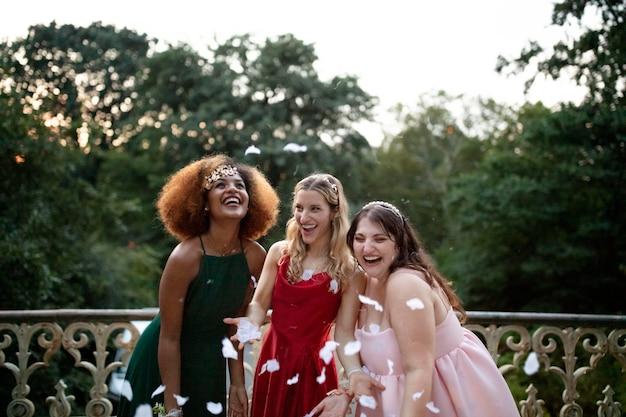 Belle giovani donne che si divertono alla loro festa di laurea