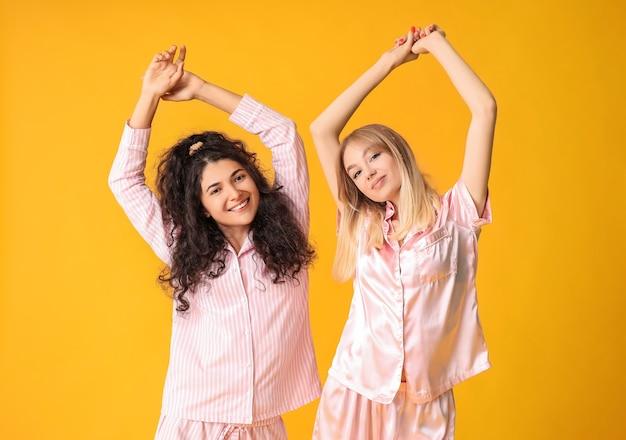 Belle giovani donne in pigiama