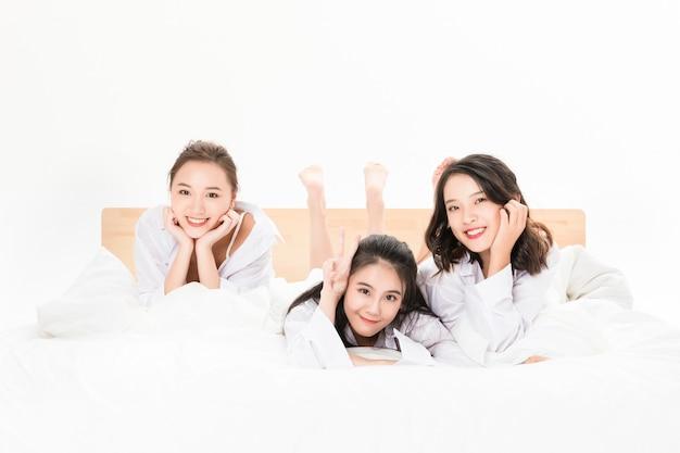 Belle giovani donne che riposano nel letto
